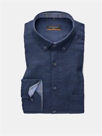 Eterna mørkeblå flannel skjorte med mørkeblå knapper og button-down krave. Slim Fit 2309 18 F214